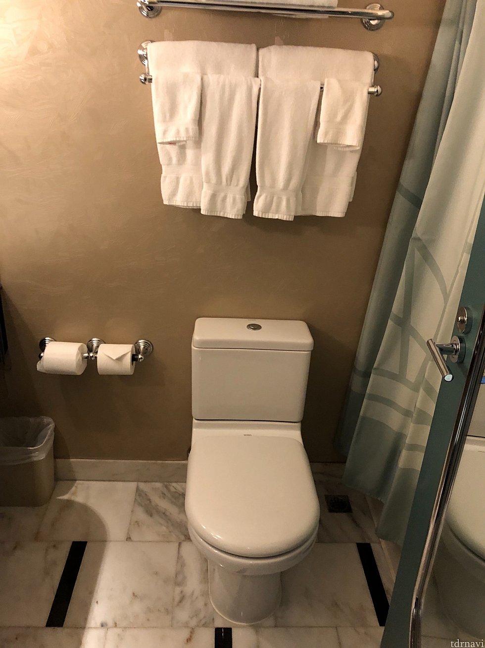 トイレはバスタブの隣