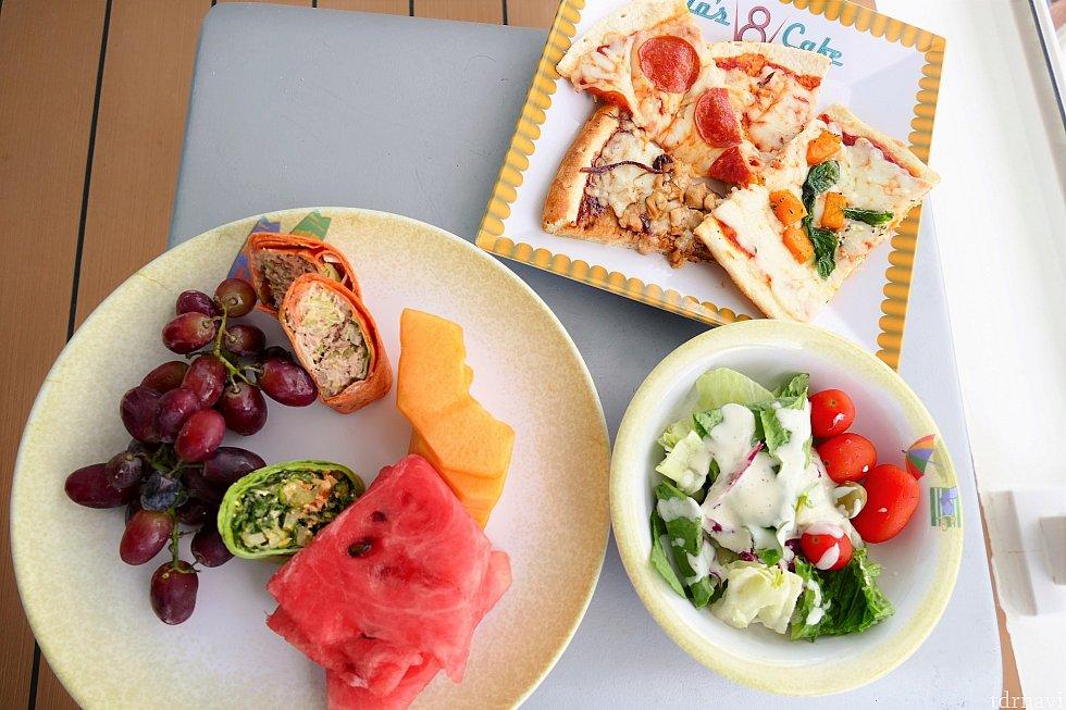 左のお皿がフィルモアズ・フェイバリッツのメニューです!ラップサンドはヘルシーで美味しいです♪フルーツが食べ放題というのも贅沢です(≧▽≦)