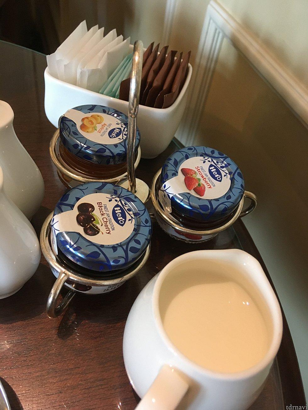 朝食時は各テーブルに小瓶でジャムが!流石です。