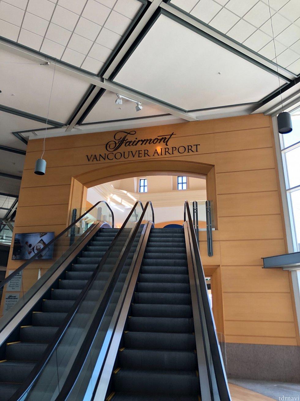 フェアモントホテルバンクーバーエアポート このエスカレーターを登ったところにクルーズシャトルバスの受付がありました