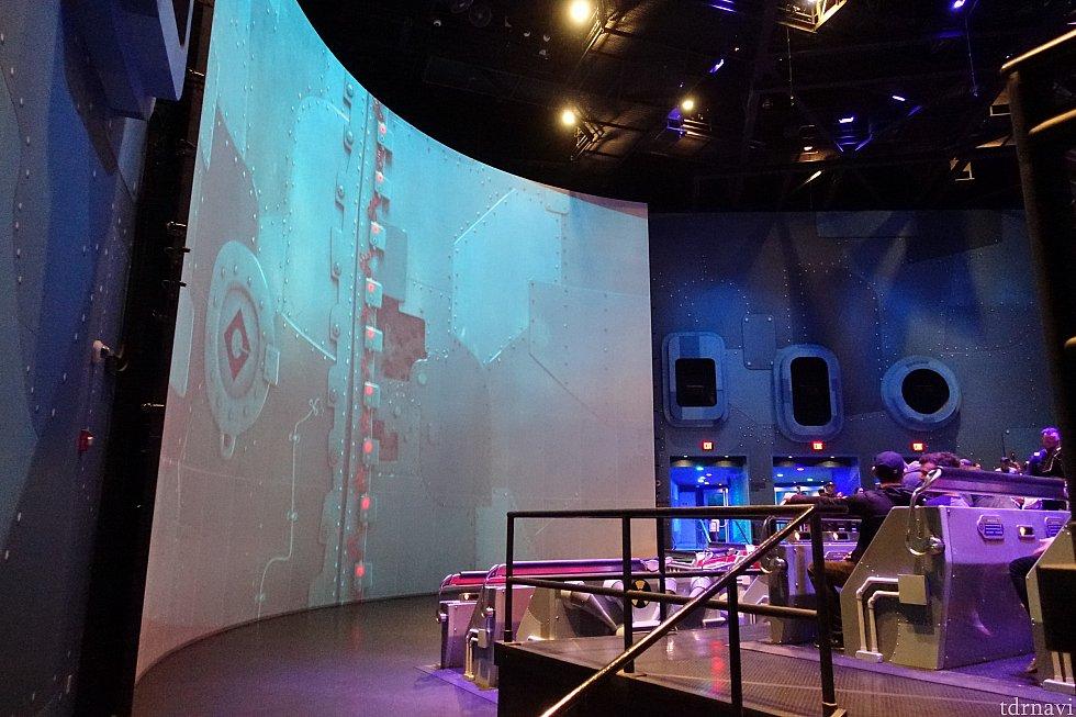 そして、ここがメインショー!USJ版はドームスクリーンですが、こちらは曲面スクリーンです。