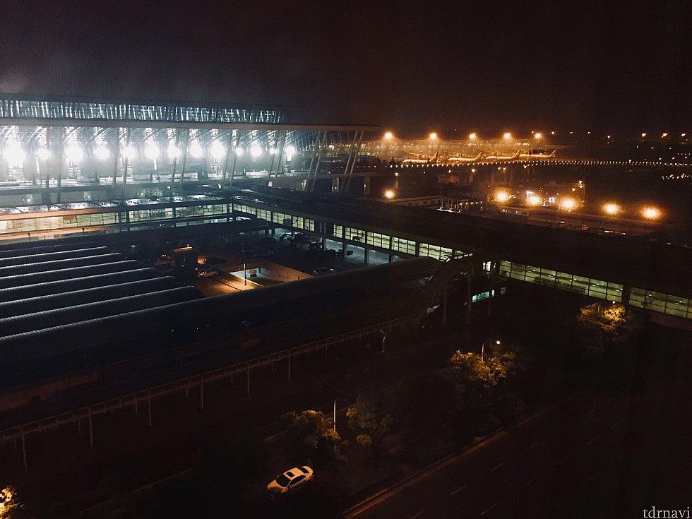 窓からの景色です。飛行機が並んでいて空港を実感^^