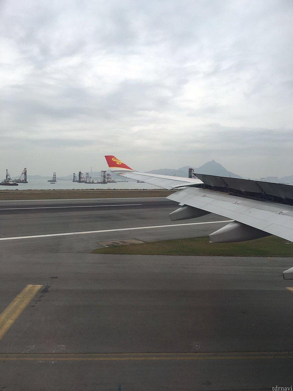 機内の雑誌などを読んでいるうちに香港に到着。 揺れもほとんど無く快適でした。