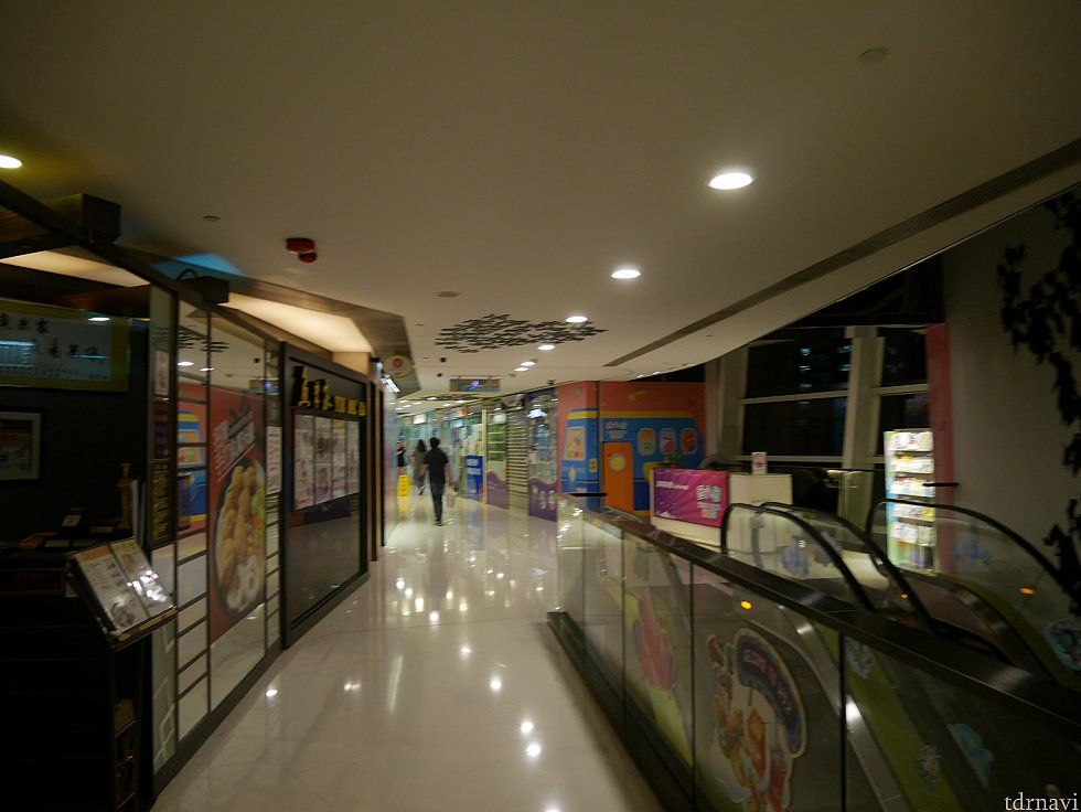 C5の廊下を進んでいくと、エスカレーターが見えます。ここのエスカレーターは降りず、さらに進みます。
