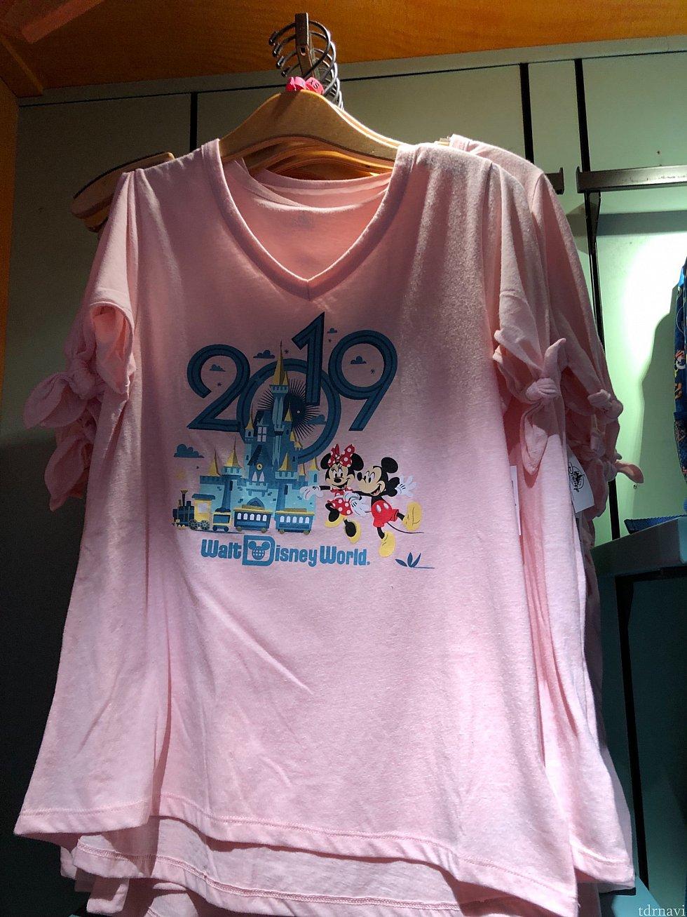 ピンク色バージョンは袖にリボンが。$34.99