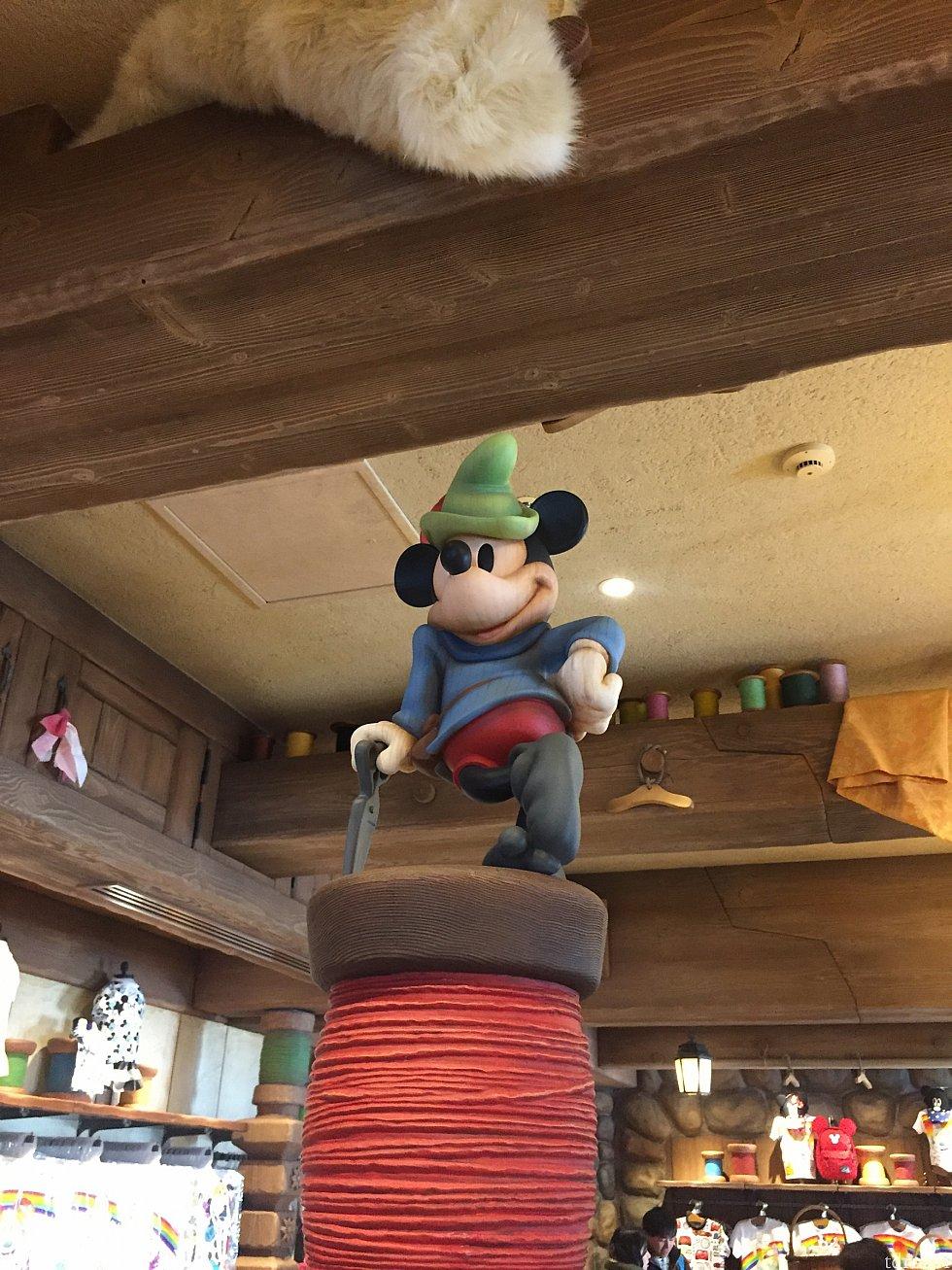 仕立て屋に扮するミッキー♡ ミッキーが仕立ててくれたと考えるだけで嬉しくなっちゃいます(o^^o)