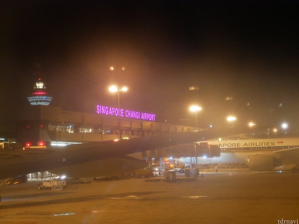 ガラスが曇っちゃっていますが、0:30にチャンギ国際空港に到着!日本との時差はマイナス1時間です。