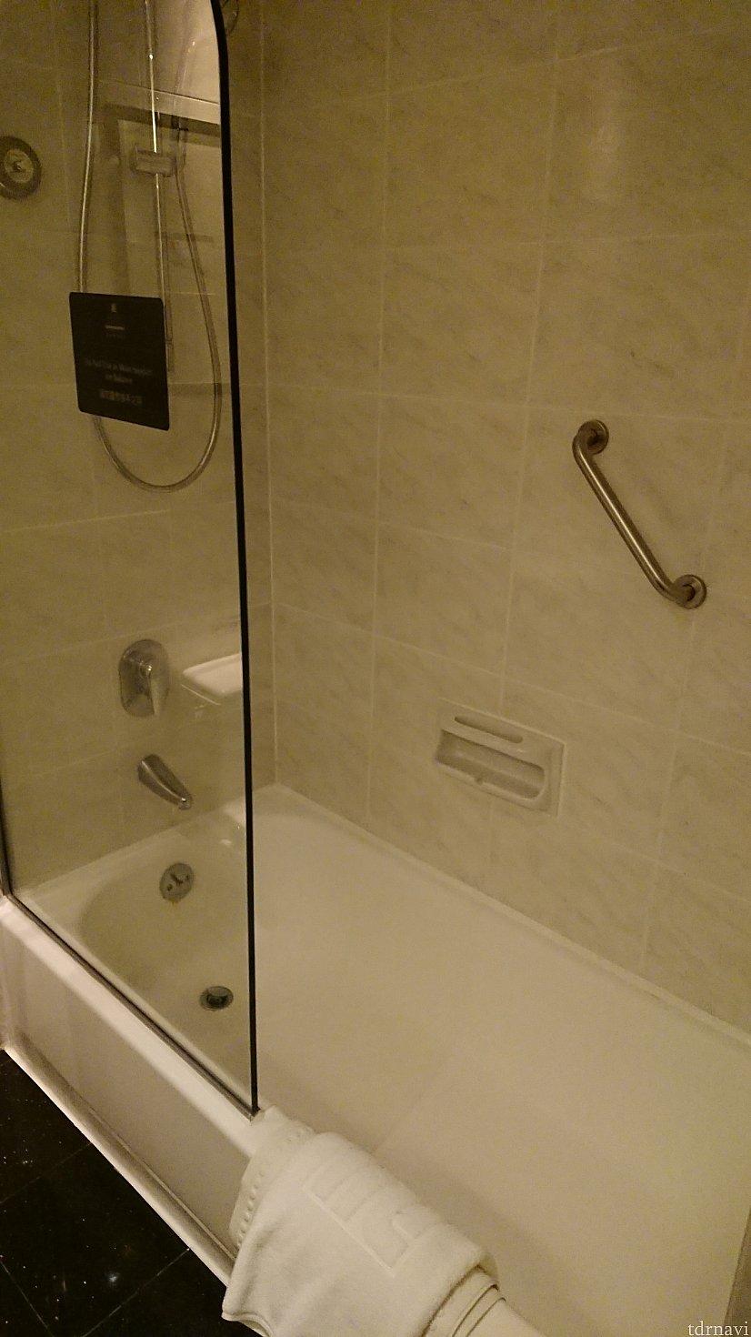 お風呂はシャワーカーテンなし。