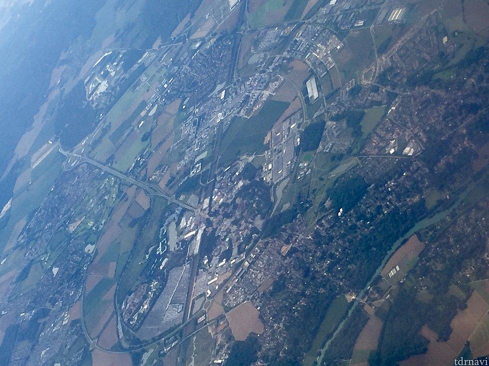 ディズニーパリも上空から発見!飛行機だと空港出発して数分で通り過ぎます。