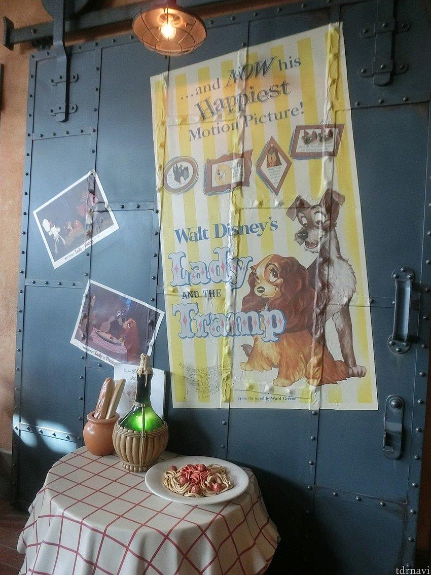 客席エリアの真ん中、このポスターとオブジェのあるエリアの窓際に座ると、