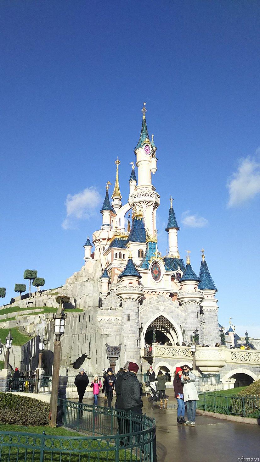 ディズニーランドパリのお城、貴重な晴れの写真です!