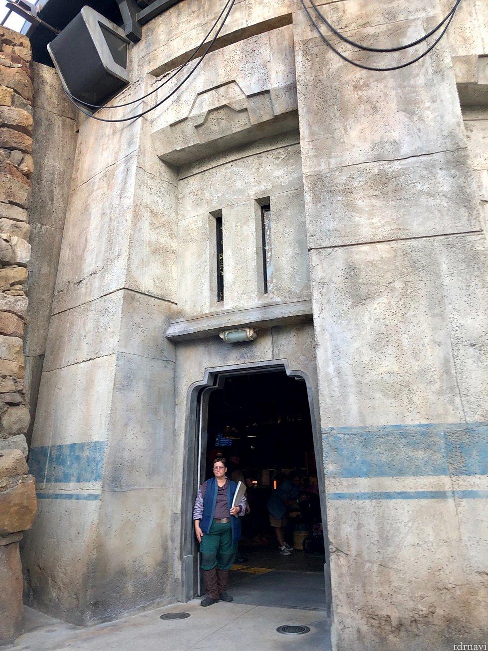 ファルコンのすぐ横にあるレストラン。写真は出口です。入口の方が奥にあるので、ちょっと分かりにくいです。思わず出口から入ってしまいましたが、出口と分かって入口に向かいました。