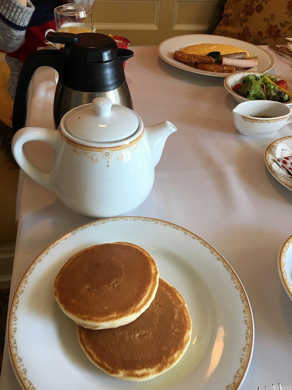 パンケーキとカフェラテセット(エスプレッソとホットミルク)。熱々のカフェラテがいただけます。