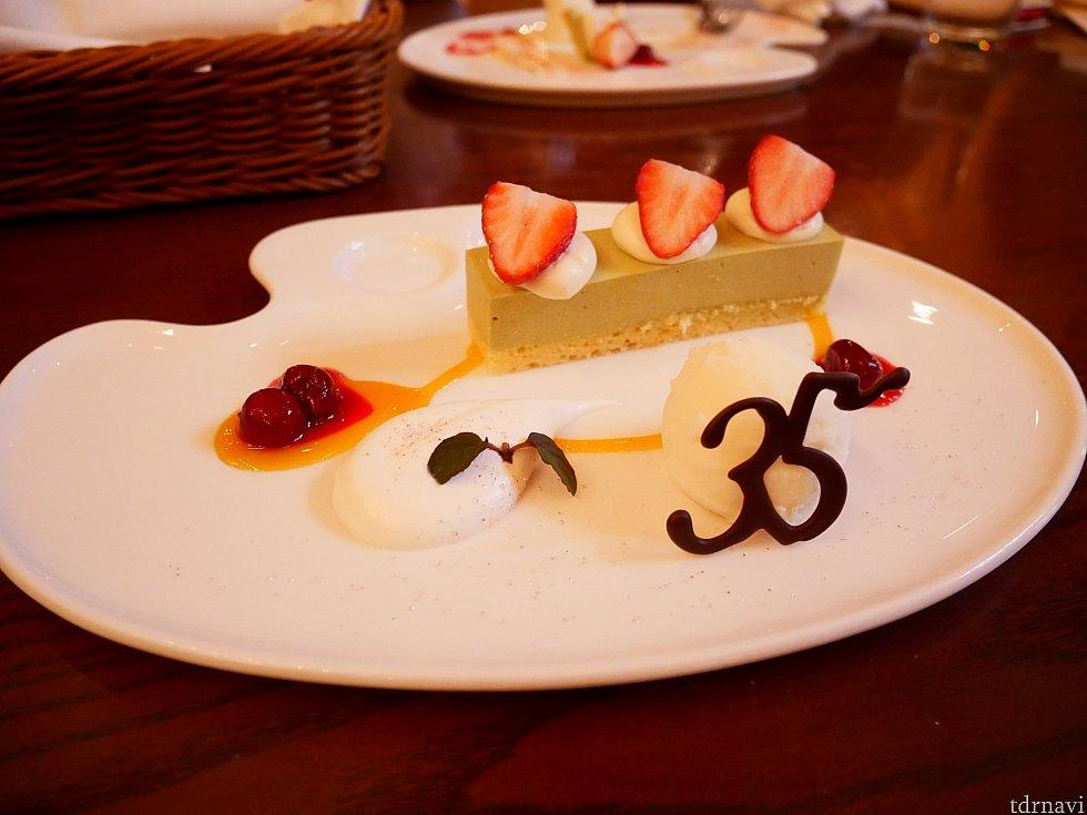 デザートのピスタチオムースケーキとマスカルポーネアイスクリーム! 35の後ろに添えられているアイスがとてもさっぱりしていて美味しいです! チェリーのソースと相性バッチリです!