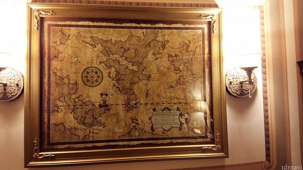 ソファーの上にある地図