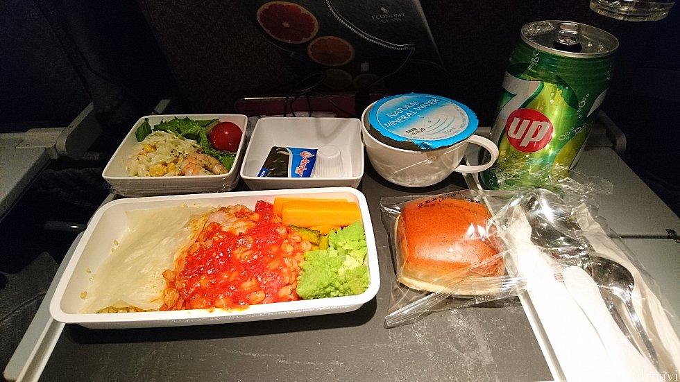 最初の機内食です!