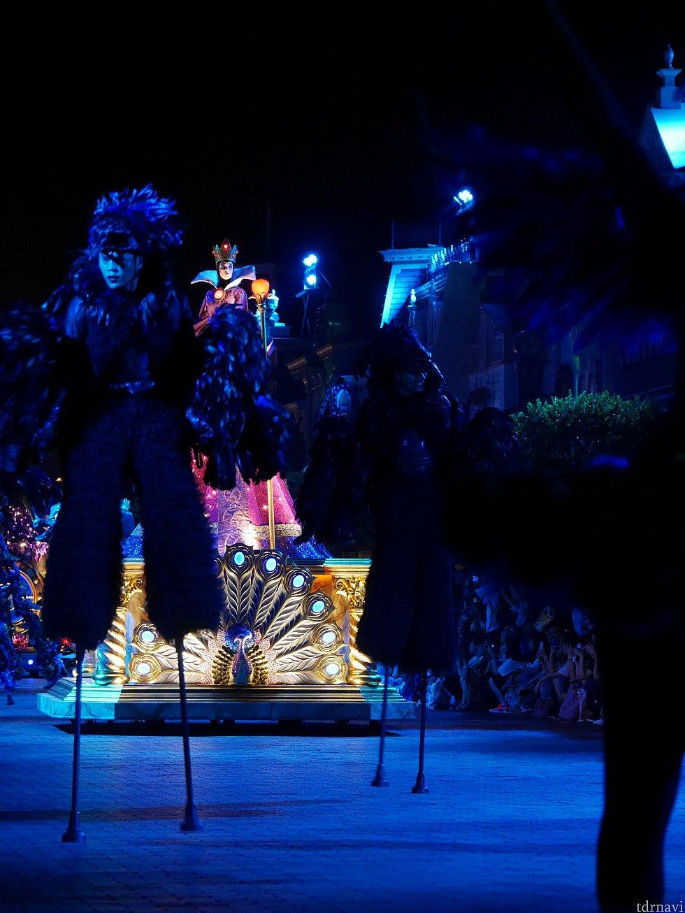 フロート組先頭は白雪姫に出てくる女王、ウィックドクィーン!