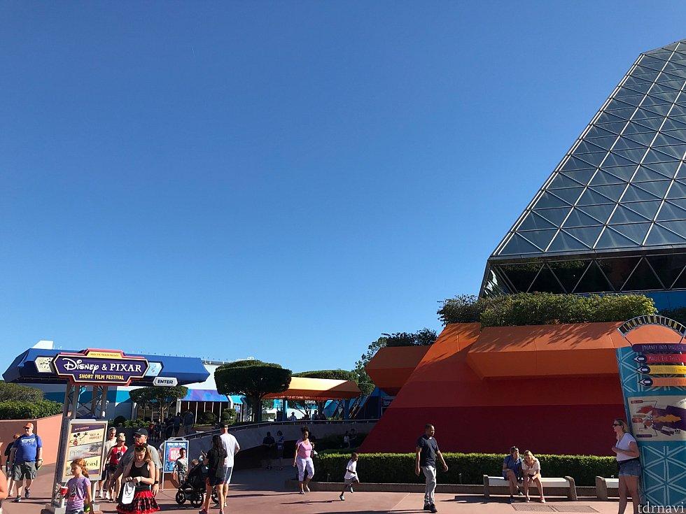 Disney&Pixarとある看板の下に、上映映画が出てます💡