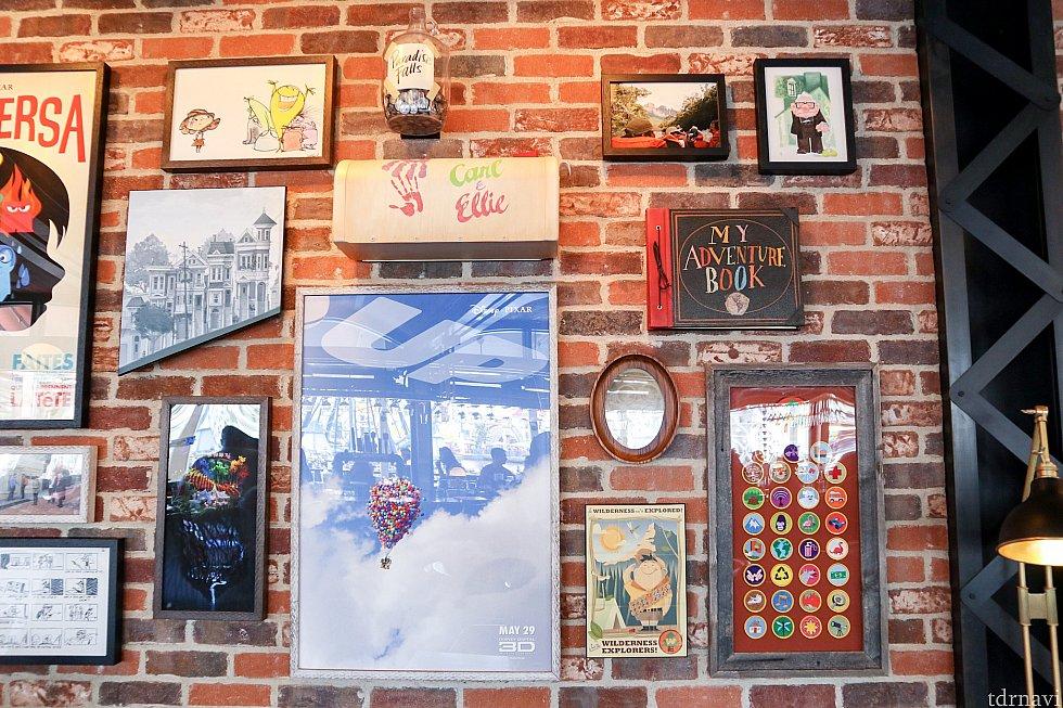 壁はこんな感じ。作品ごとに飾られています。