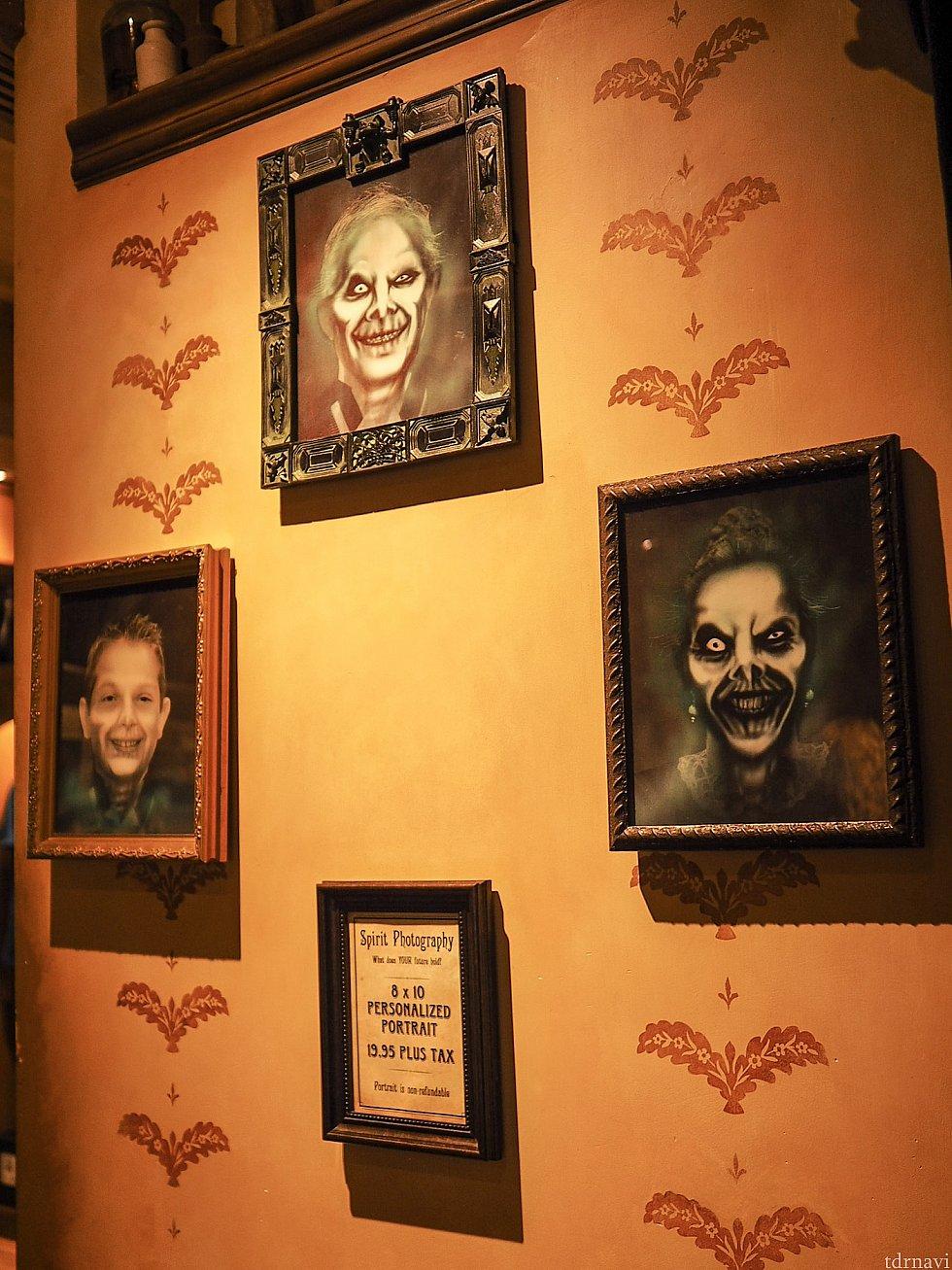 撮影部屋の外の壁にはサンプルのSpirit Photographがいくつか飾られています。