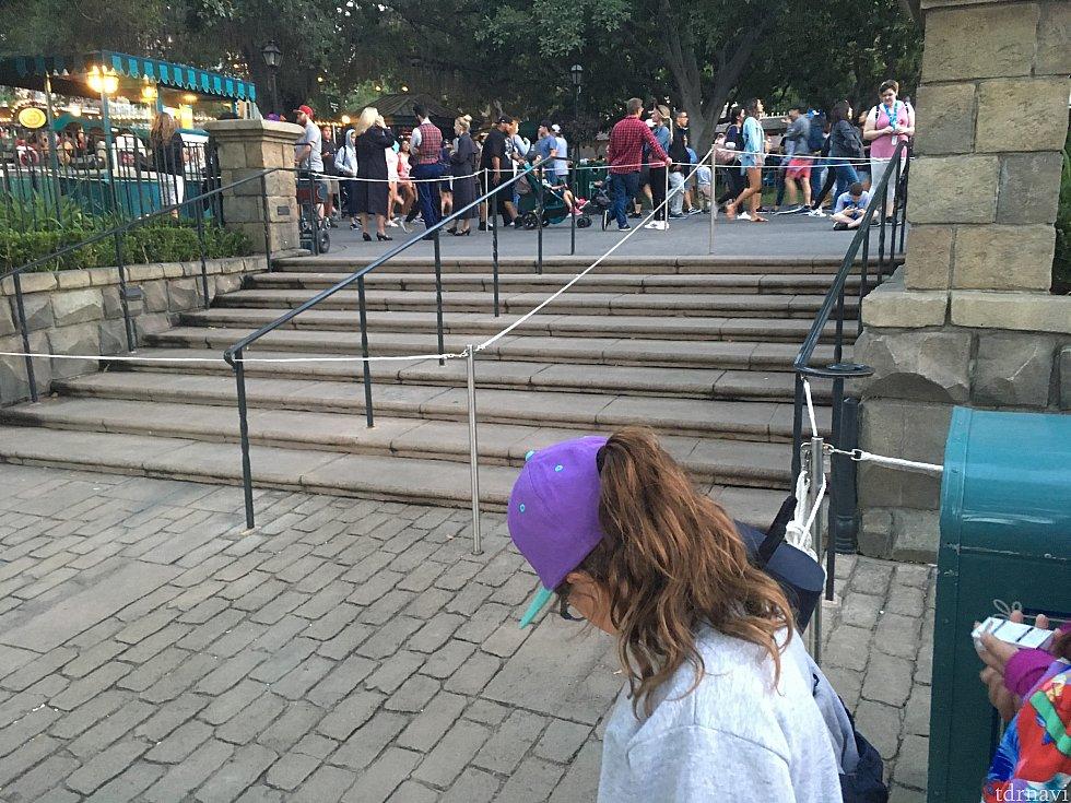 こちらがその階段です。奥のレーンが通行レーン、紫色のキャップを被った女の子がいるのがブルーバイユーレーン、そして私が撮影しているのがハングリーベアーです。