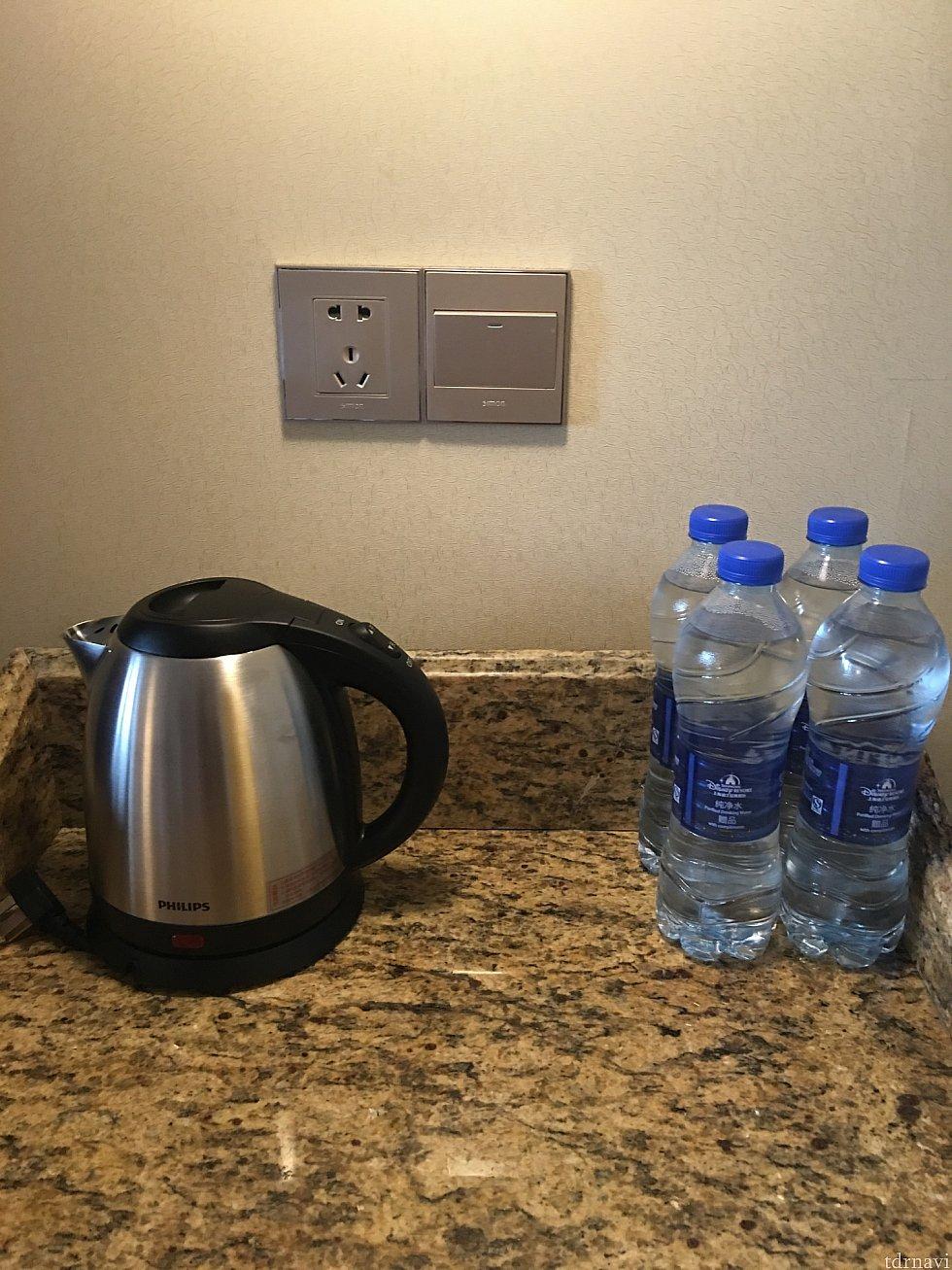 お水は6本毎日補充されます。(洗面所に2本歯磨き用ですね)最近の電化製品であればコンセントにそのままさせます。変換プラグ不要  電圧を確認してくださいね〜