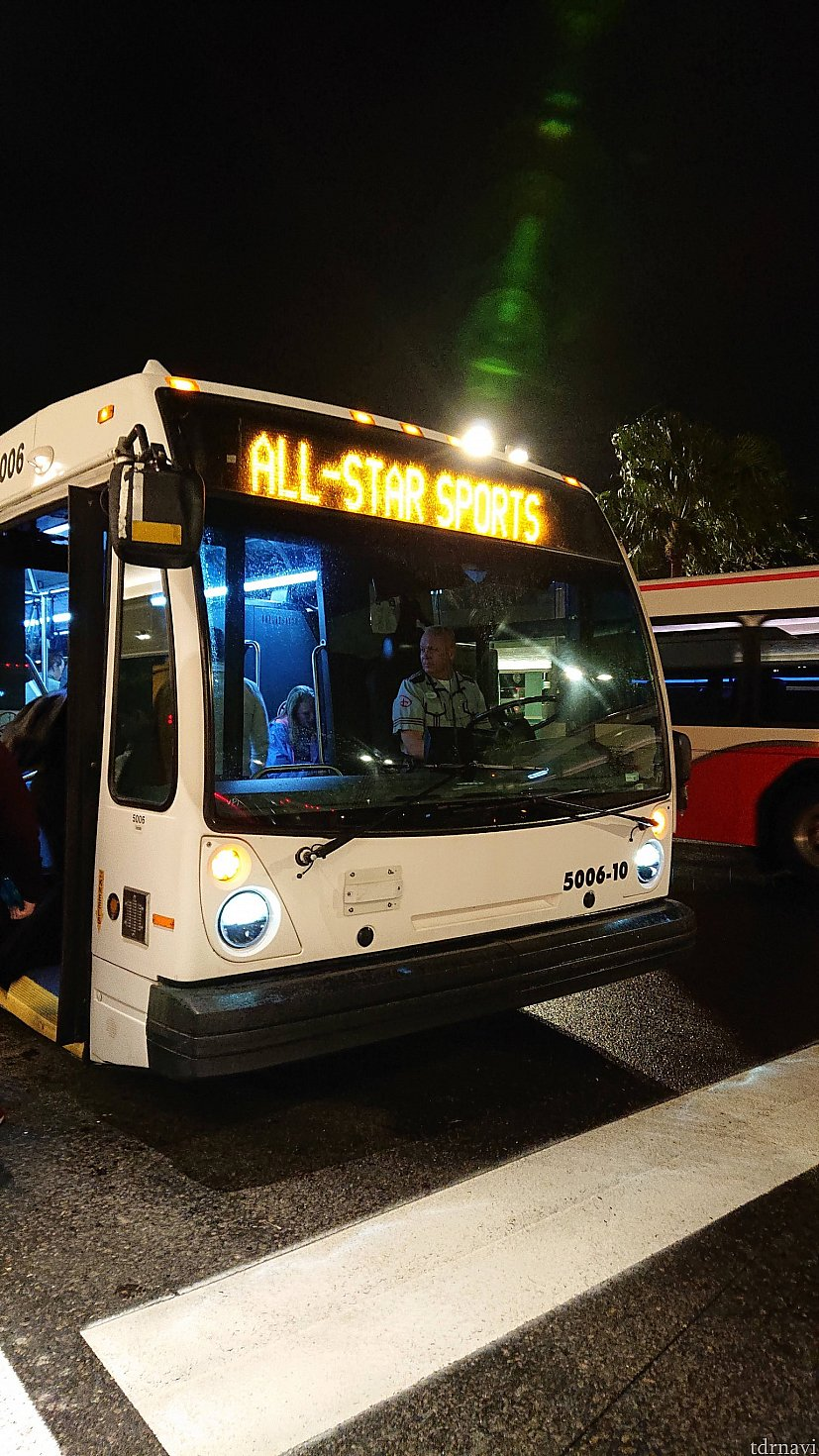 こちらはバスです パークから帰ってくるバスしか写真が無かったので『オールスタースポーツ』と上部に書いてありますが、パークに行く場合もその部分に行き先が必ず書いてあります 乗車前にその部分を確認して乗ることをお勧めします