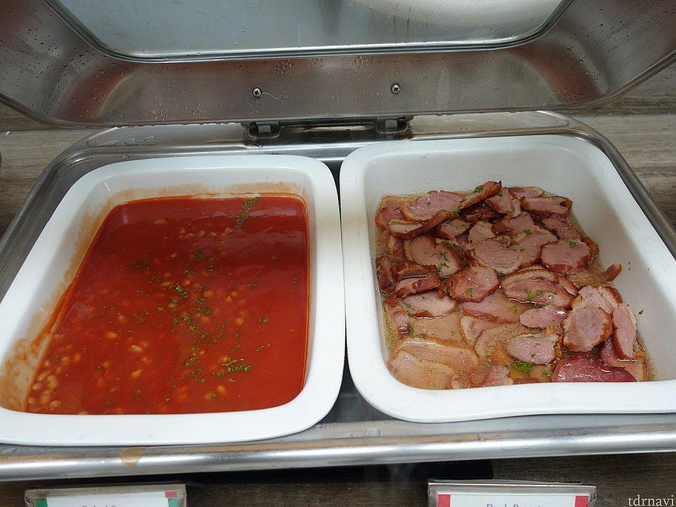 朝食ビュッフェ。右の肉が美味しくなかったよ。