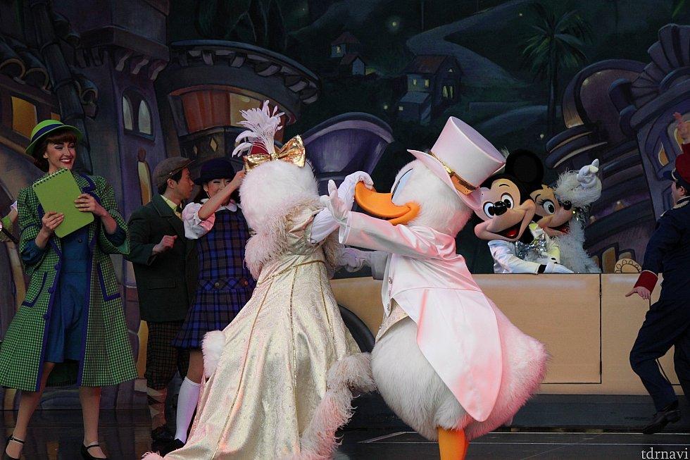 今回のお気に入りがこちらのワンショット!実はミッキーはこちらを向いています!ドナルドはデイジーにキスをしようとしましたが、くちばしを抑えられてしまっています(^^;)
