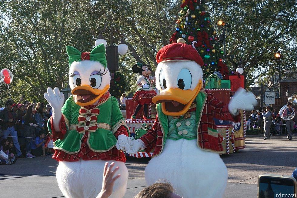 ミッキーのワンス・アポン・ア・クリスマスパレード。最初にプルート、ドナルド、デイジー、アリス、マッドハッター、ピノキオ、ゼペット、ピーターパン、ウェンディなどが歩いて来ました。