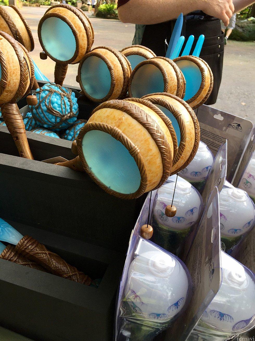 青いデンデン太鼓。綺麗な色ですね。右下の白いモノは、アメリカの子供達に大人気のシャボン玉マシン。もういい!って言うくらいにシャボン玉を発生させます。(笑)