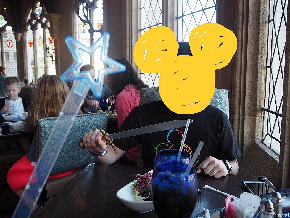 席に着くとしばらくしてウェイターから魔法のステッキと剣を貰えました。何も言わずにニコニコしながらくれたので???でしたが、おそらく本来は子ども用だけど、外国人観光客には特別なのでしょう? 途中でこれらを使ってビビディバビディブー!とやる時間があります。