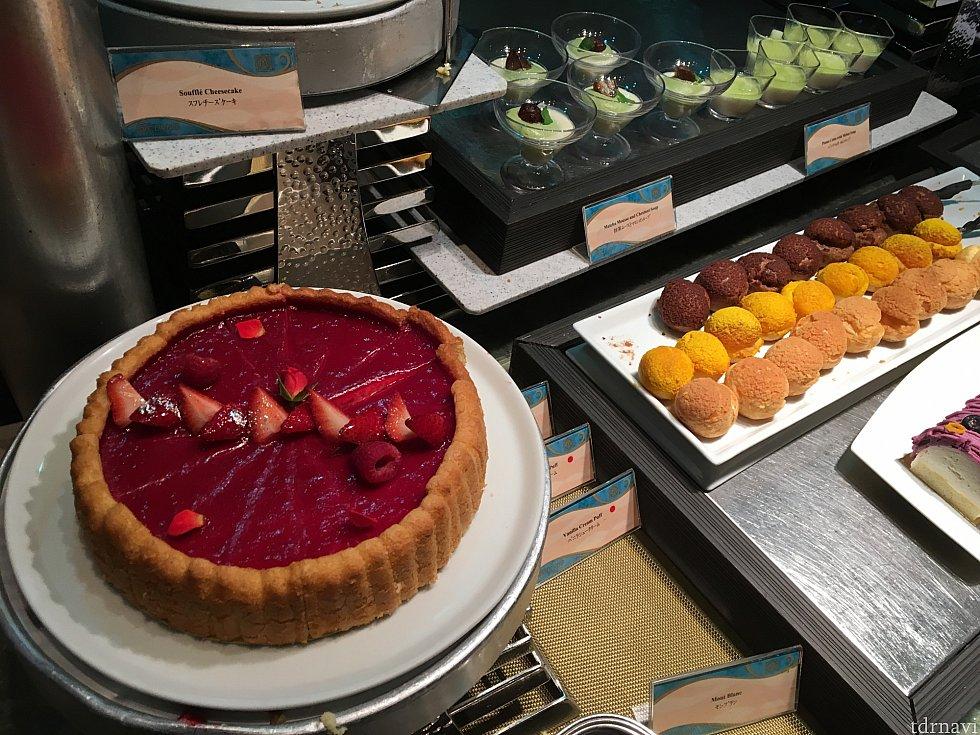 ホールのチェリーパイやケーキ。