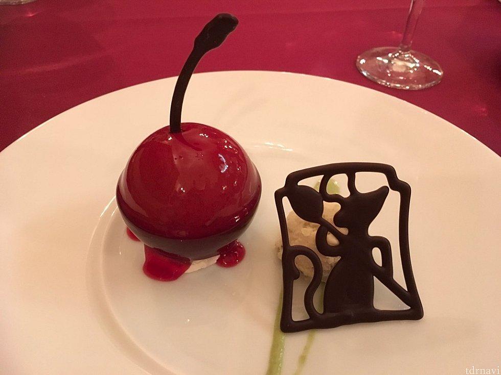 デザートの「チョコレートムース、チェリーソース、バニラアイスクリーム添え」チョコレートがかなり甘めだったので、アイスとともに食べると良かったかと…。時間をかけて美味しい料理を優雅にいただけるひとときでした!