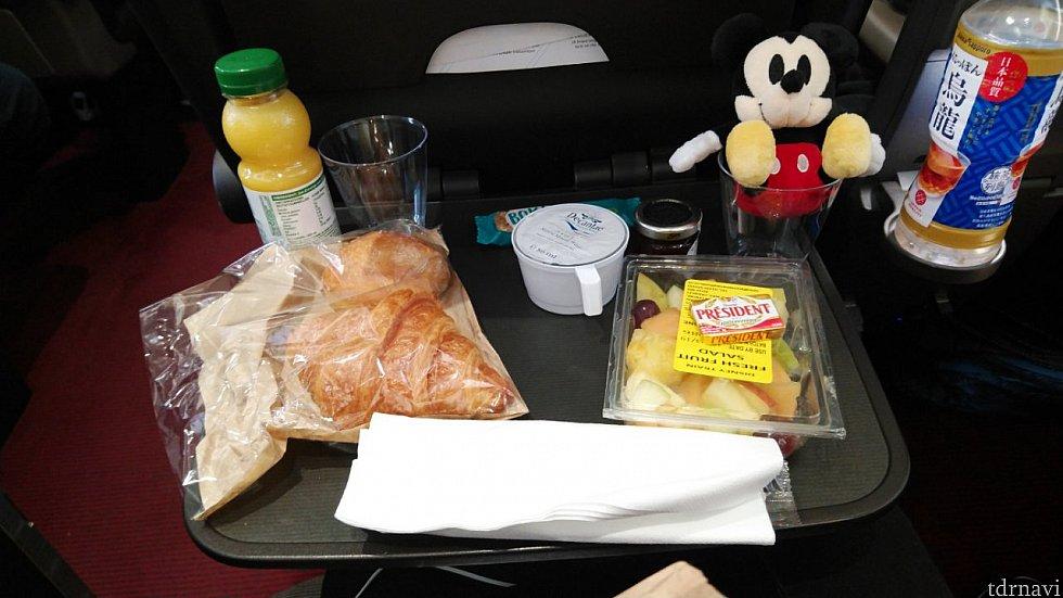 うーん、朝ご飯イマイチ。 飛行機みたいに、温かいコーヒーと紅茶を配ってくれました。