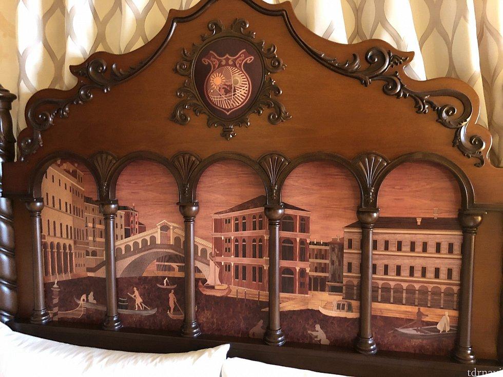 ベッドにこんな装飾がされているホテルを自分は知りません。