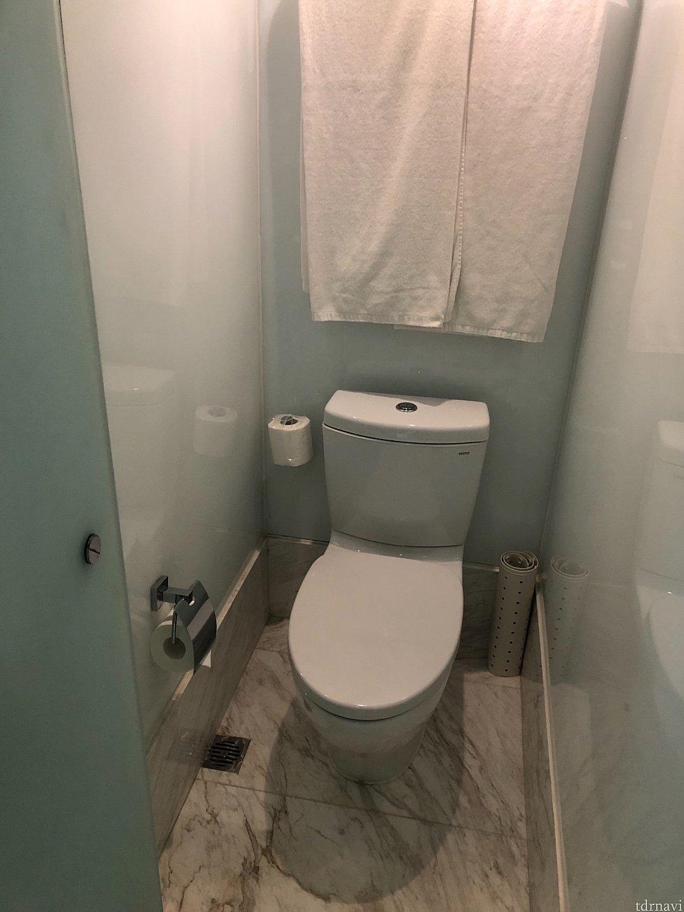 トイレとシャワーが別なのが嬉しい。でもバスタオルがトイレの上に(笑)