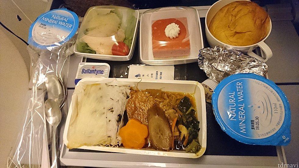 成田→ロサンゼルス 2回目機内食 赤魚鯛の生姜煮、フルーツヨーグルトケーキ