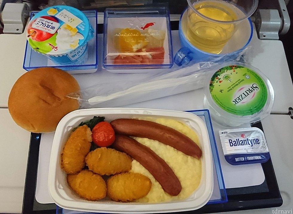 スクランブルエッグのようなオムレツ。 ソーセージは香港テイスト。
