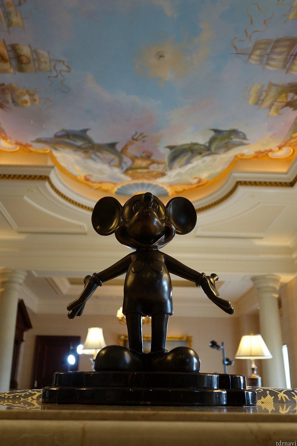 翌朝のミッキーマウス その後行ったパリディズニーでもこのスタイルのミッキー像ありました!天井も素敵✨