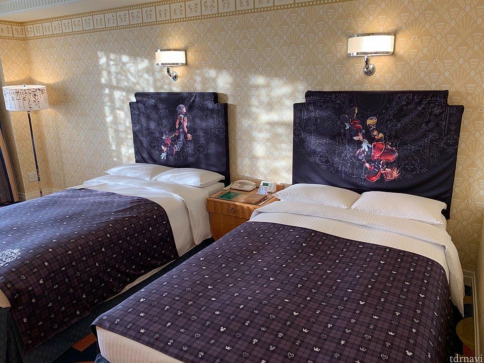 ホームページにも紹介されてますが、こちらがお部屋のベッドです。 壁側の絵は生地をかぶせてあるんですね!