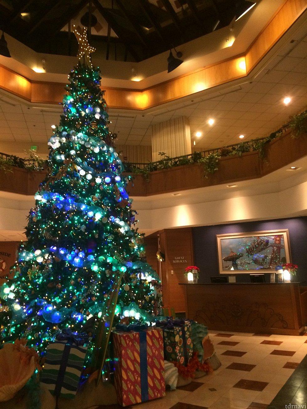 フロントに飾られているクリスマスツリーいいですね♪