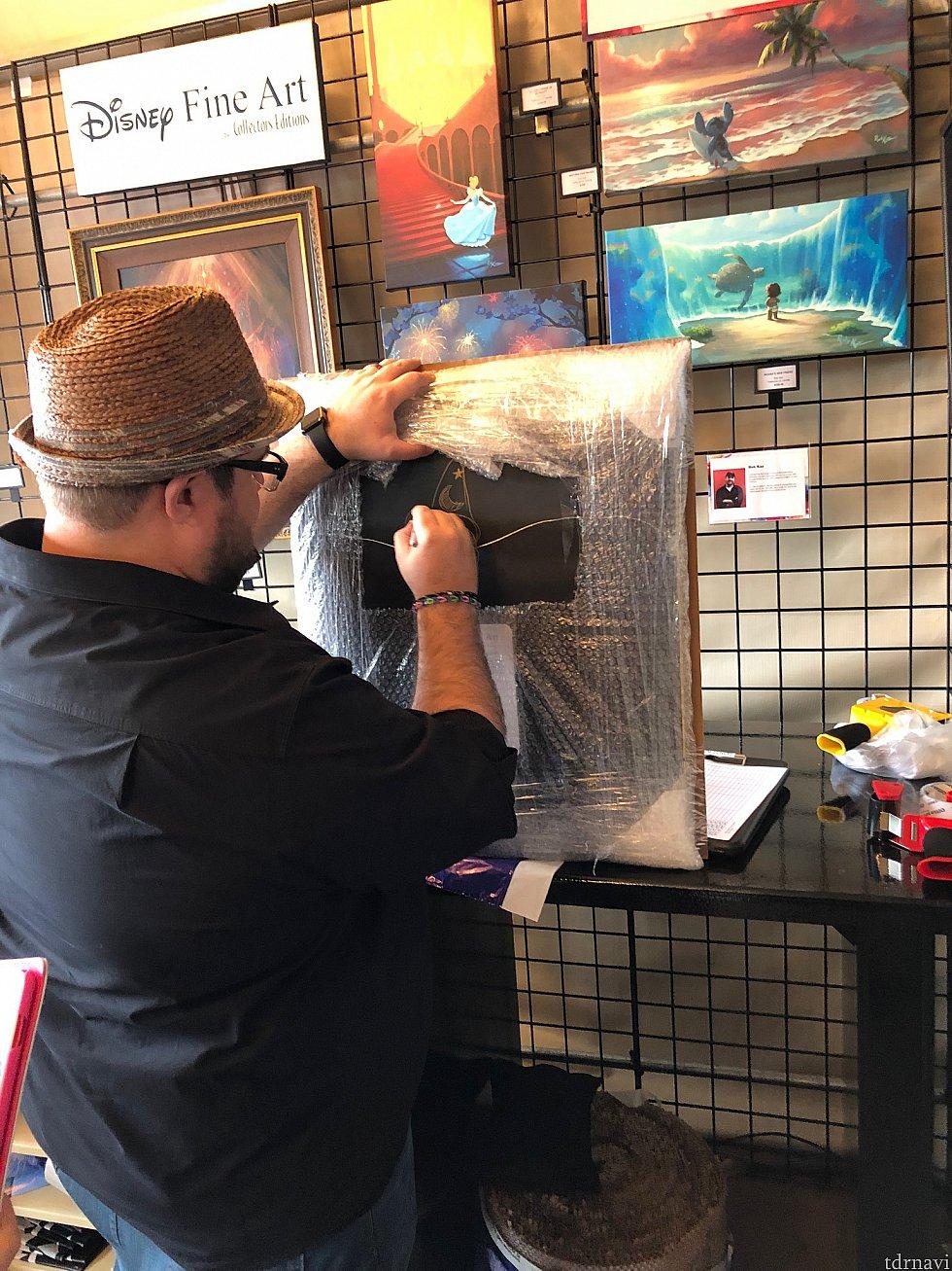 沢山のアーティスト達がスタンバイしていて、購入した作品にサインを入れてもらえるのは、このイベントの醍醐味。アーティストによっては、ディズニーキャラクターをサインと共に入れてくれたりもします。このTimさんは、毎年お会いしますが、本当に親切で優しい方です。
