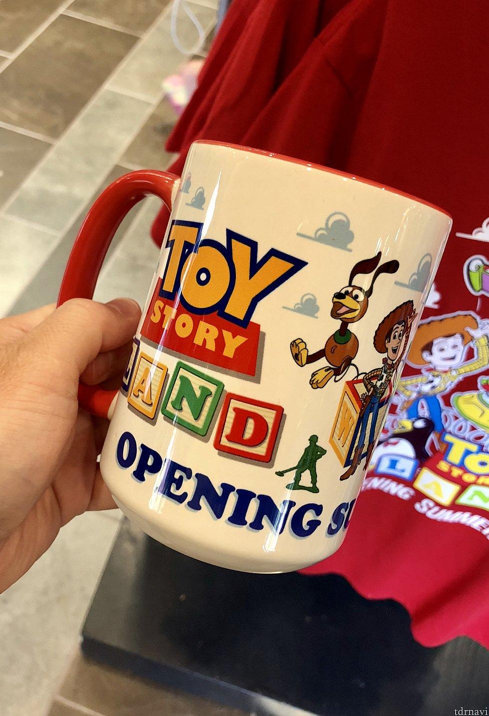 オープン記念のロゴ入りマグカップ。$15.99