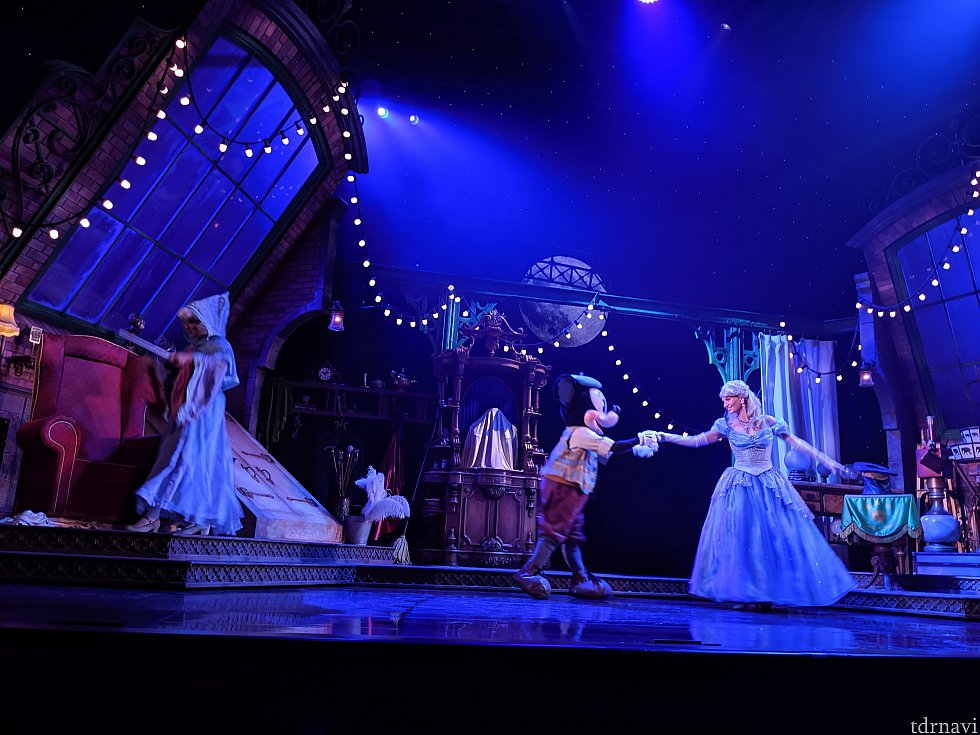 美しいシンデレラとダンスをするミッキー。