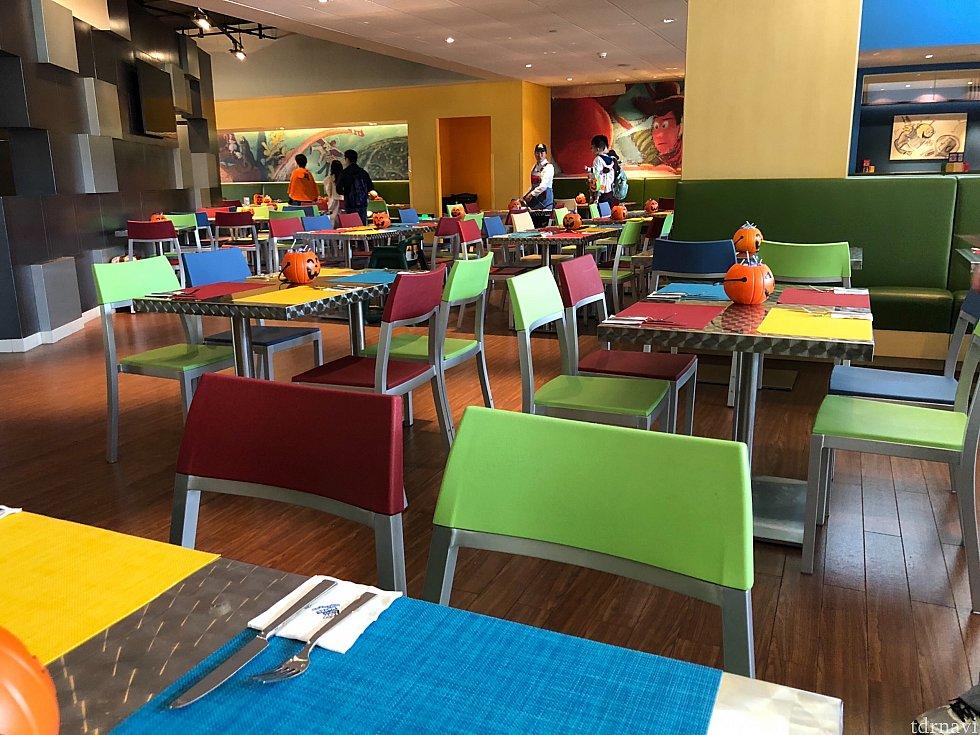 会場のサニーサイドカフェ。 入った時は空いていましたが、12時半頃にはほぼ満席に