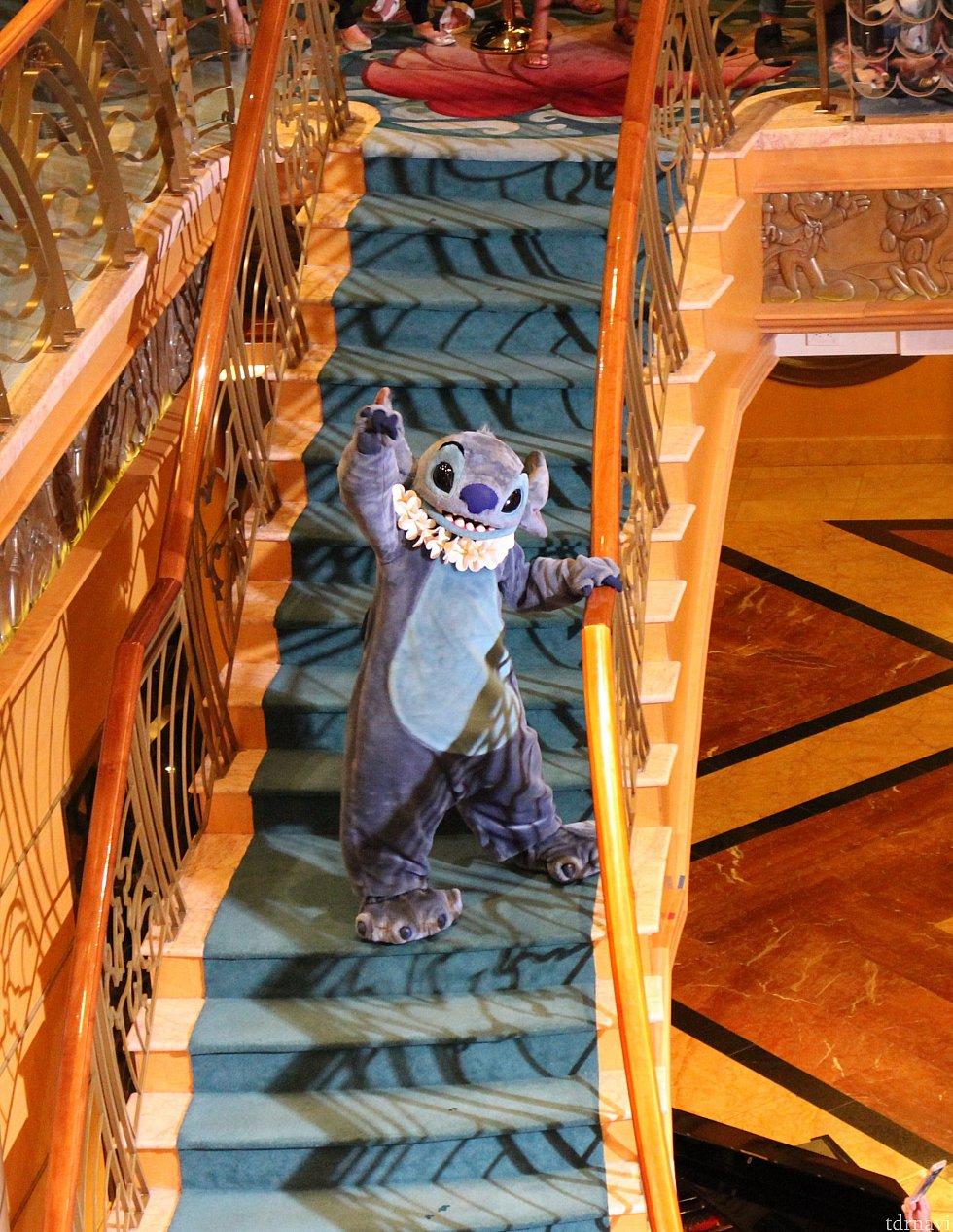 一人ひとり紹介された後、階段を上ってバイバイしていきます。