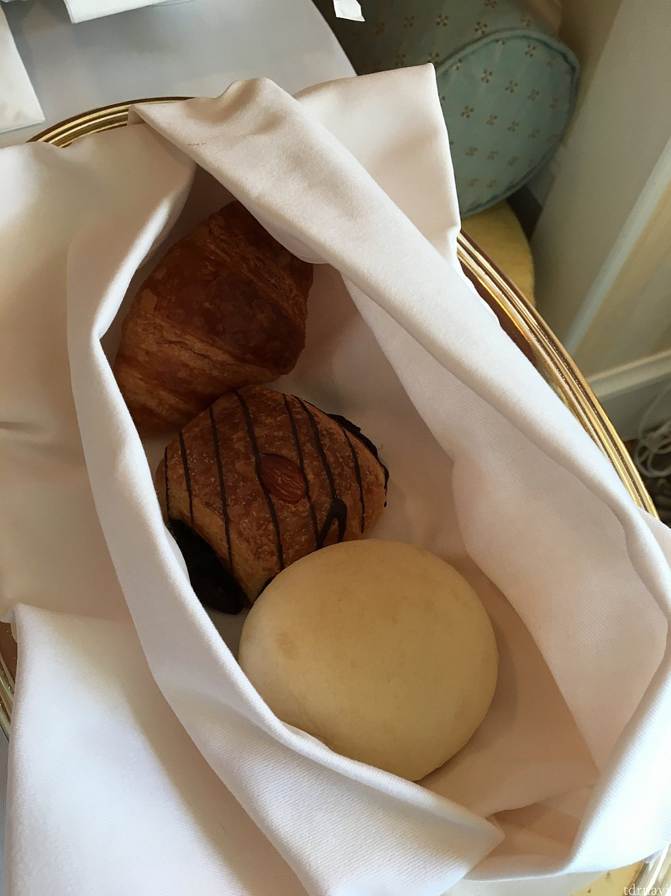 パン三種。上からクロワッサン、チョコデニッシュ、豆乳パン。
