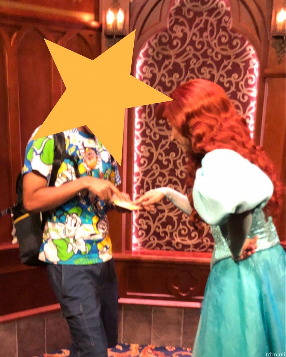 首からかけたチケットホルダーに書かれたTokyo Disneyの文字を見せてる時
