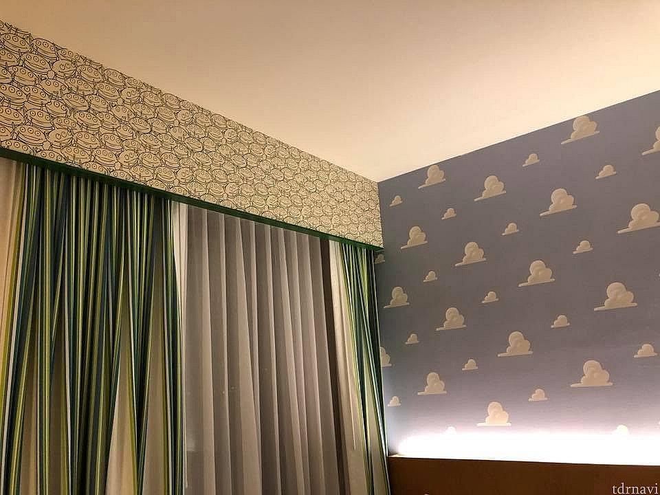 カーテンの上の壁をよーくみてください!リトルグリーンメン!